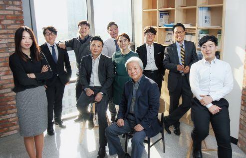 전화재 타임게이트 대표(맨 앞)와 김경철 전무(오른쪽 두번째)가 회사에서 직원들과 포즈를 취했다.