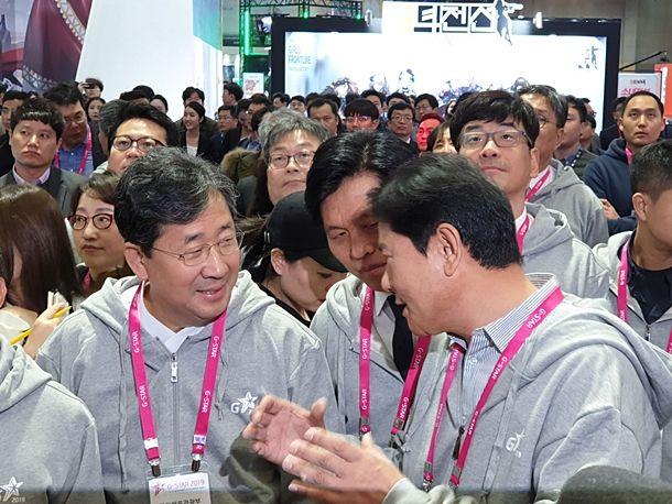 넷마블 부스를 방문한 박양우 장관에게 권영식 대표가 시연작을 소개했다.