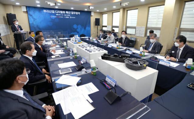 뿌리산업 디지털화 확산을 위한 협력체계 구축을 위한 '뿌리산업 업계 간담회'가 22일 경기도 시흥시 소재 프론텍에서 열렸다.